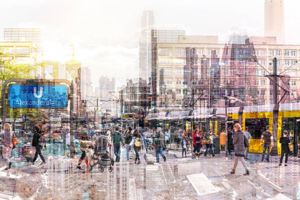 Menschenmenge von anonymen Menschen, die auf der belebten Straße spazieren-abstraktes Stadtbild- – Foto