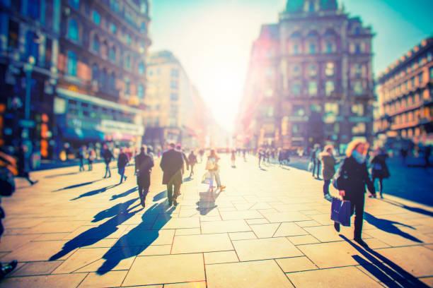 foule de passants anonymes sur coucher de soleil dans les rues de la ville - europe centrale photos et images de collection