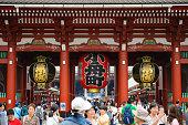 東京、日本 - 2015 年 6 月 17 日: 東京・浅草で日本浅草寺浅草で初詣の群衆は都内最古の寺