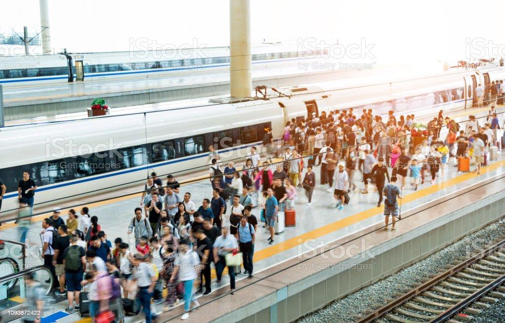 Masse der Fahrgäste am Bahnsteig warten - Lizenzfrei Abschied Stock-Foto