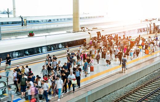 Masse Der Fahrgäste Am Bahnsteig Warten Stockfoto und mehr Bilder von Abschied