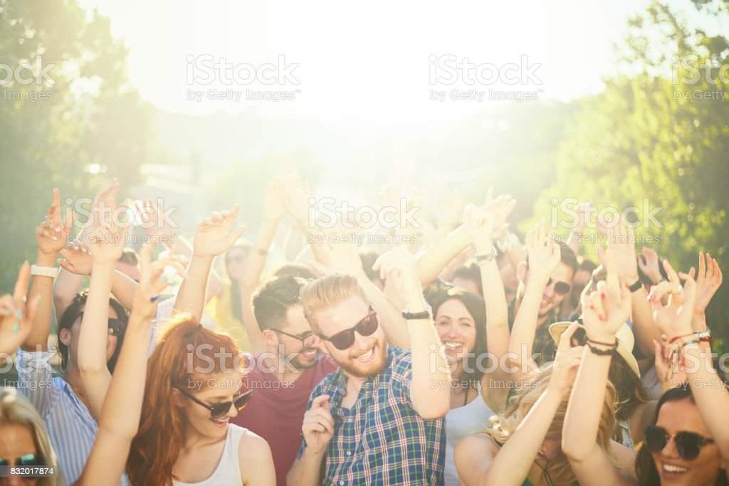 Multidão de pessoas no festival de música - foto de acervo