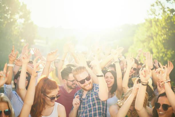 multidão de pessoas no festival de música - festa no jardim - fotografias e filmes do acervo