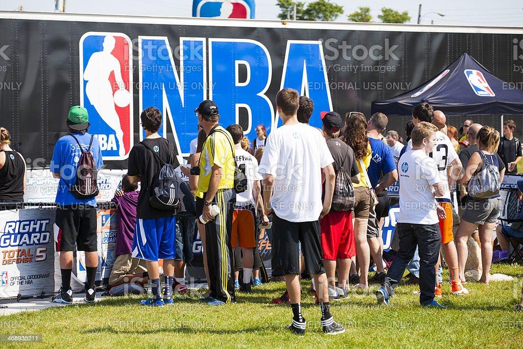 Multitud de personas en la NBA 3X - foto de stock