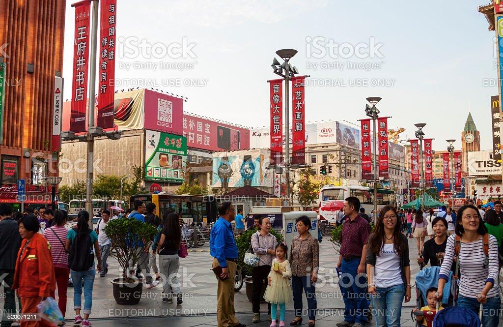 Menge von Leuten in Wangfujing, Peking, das berühmte Einkaufsviertel – Foto