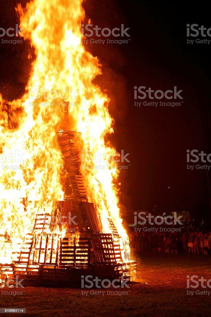 Foule de gens réunion en grand feu de bois en été - Photo