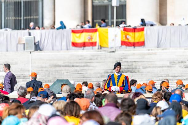 vatikan - 5 eylül 2018: kalabalık insan, papa'nın francis, sahne, podyum, için bekleyen genel papalık kitlesi de hacılar swiss koru. - pope francis stok fotoğraflar ve resimler