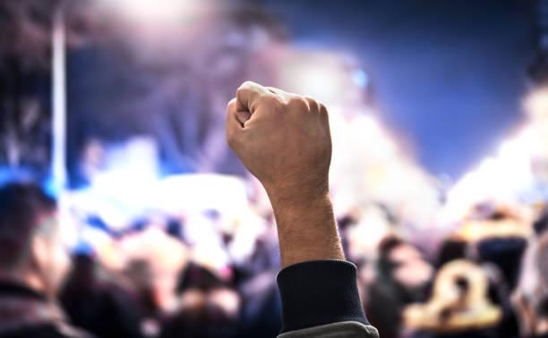 masse der menschen protestieren. protest, aufstand, märz oder streik in der stadtstraße. anonyme aktivist faust. aktivismus für die gleichen menschenrechte, demokratie oder gegen waffengewalt. - aktivist stock-fotos und bilder