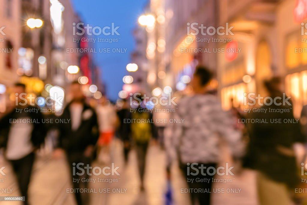 menigte van mensen lopen in drukke Istiklal street - Royalty-free Aan het werk Stockfoto