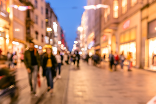Menigte Van Mensen Lopen In Drukke Istiklal Street Stockfoto en meer beelden van Aan het werk