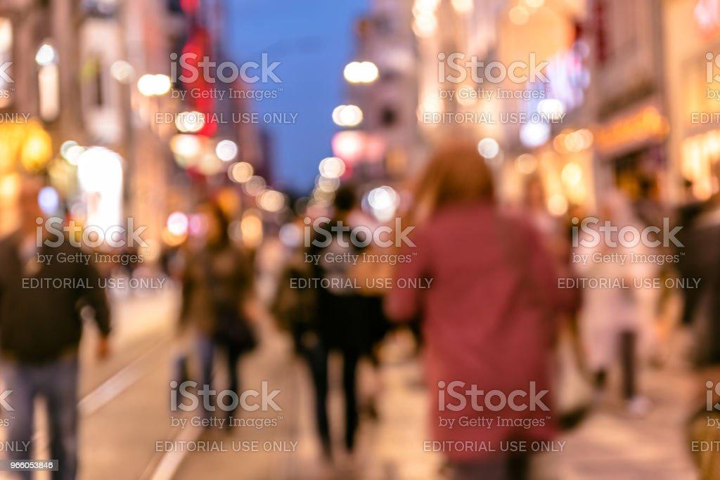 skara människor promenad på livliga Istiklalgatan - Royaltyfri Abstrakt Bildbanksbilder