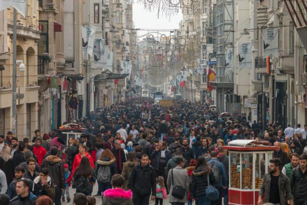 skara människor gå på populära shopping- och turistiska street (taksim istiklal caddesi, istanbul turkiet) - istiklal avenue bildbanksfoton och bilder
