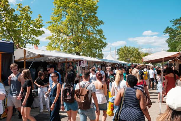 Menge von Menschen zu Fuß auf Flohmarkt (Mauerpark Flohmarkt) an einem sonnigen Sommertag in Berlin – Foto