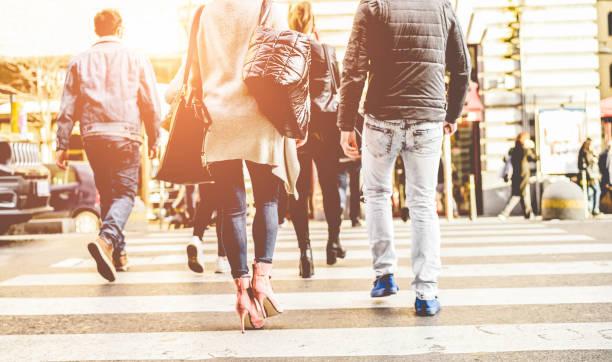 menge von menschen zu fuß auf zebrastreifen straße innenstadt - konzept der moderne, hetzen, urban, stadtleben, wirtschaft, shopping - fokus auf frau schwarzer tasche - fußgänger stock-fotos und bilder
