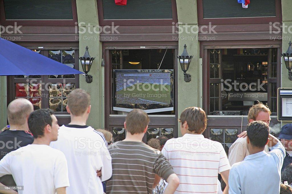 Multidão de pessoas assistindo TV WM - foto de acervo