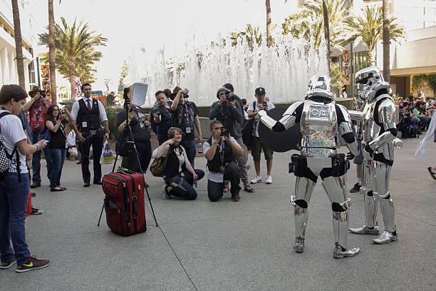 menge von menschen mit kamera fotografieren storm troopers - faschingskostüme star wars stock-fotos und bilder