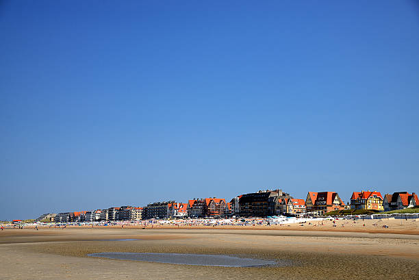 crowd on beach in de haan belgium at north sea - nordsee urlaub hotel stock-fotos und bilder
