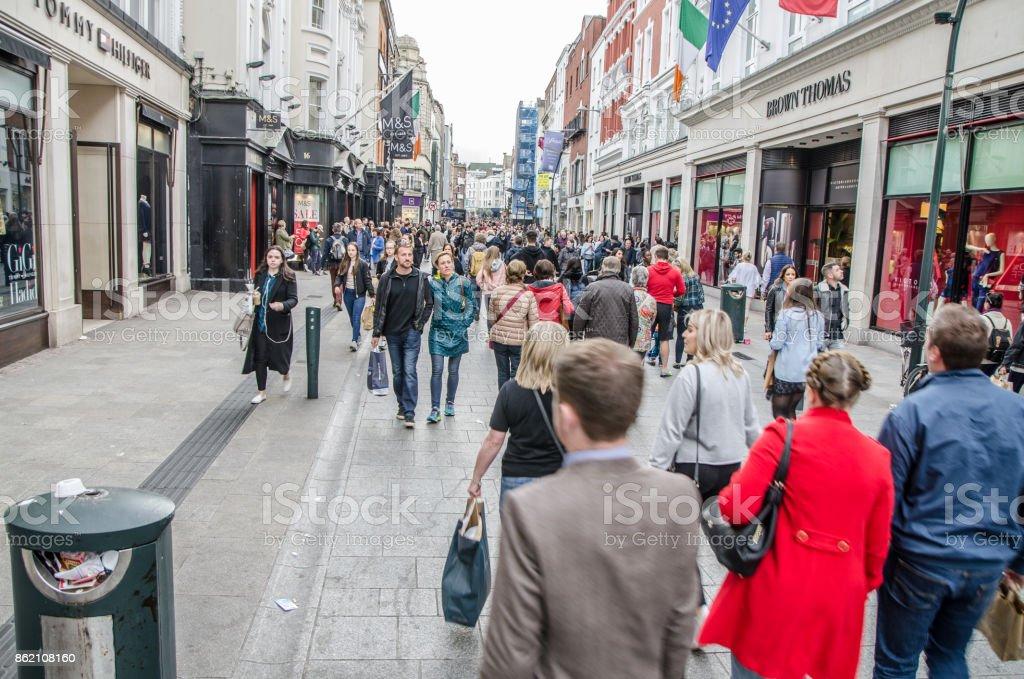 Masse auf der Grafton Street in Dublin während der Tage des Herbstes – Foto