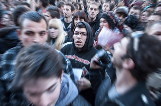 folla - persona in secondo piano foto e immagini stock