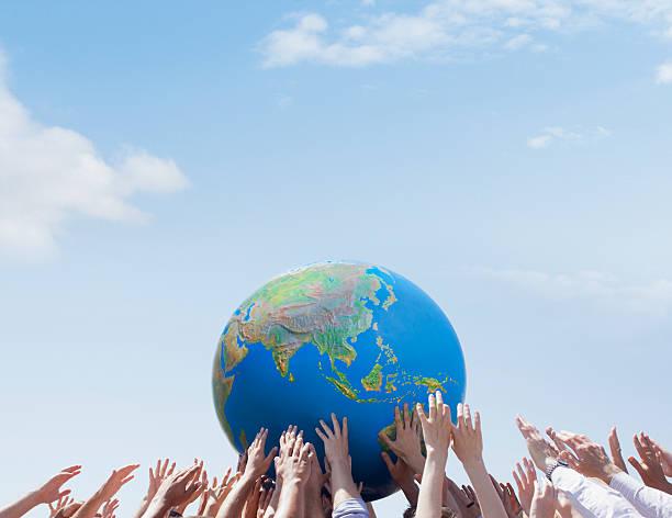 Multidão atingindo mundo - foto de acervo