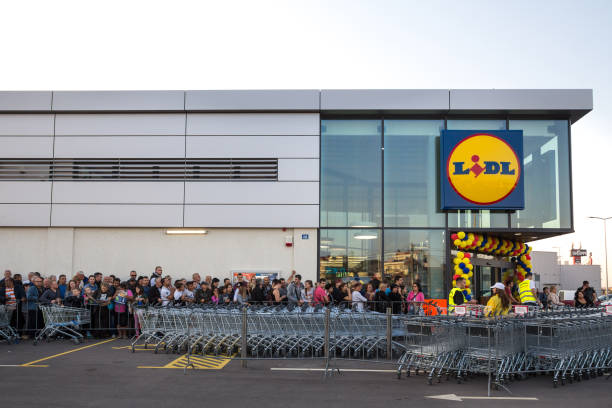 crowd waiting in queue for the grand opening ceremony of the 1st lidl supermarket in serbia. lidl is a german global discount supermarket chain - lidl foto e immagini stock