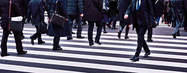 群衆の横断歩道を歩く - 出勤 ストックフォトと画像