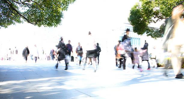 群衆のウォーキング - 通勤 ストックフォトと画像