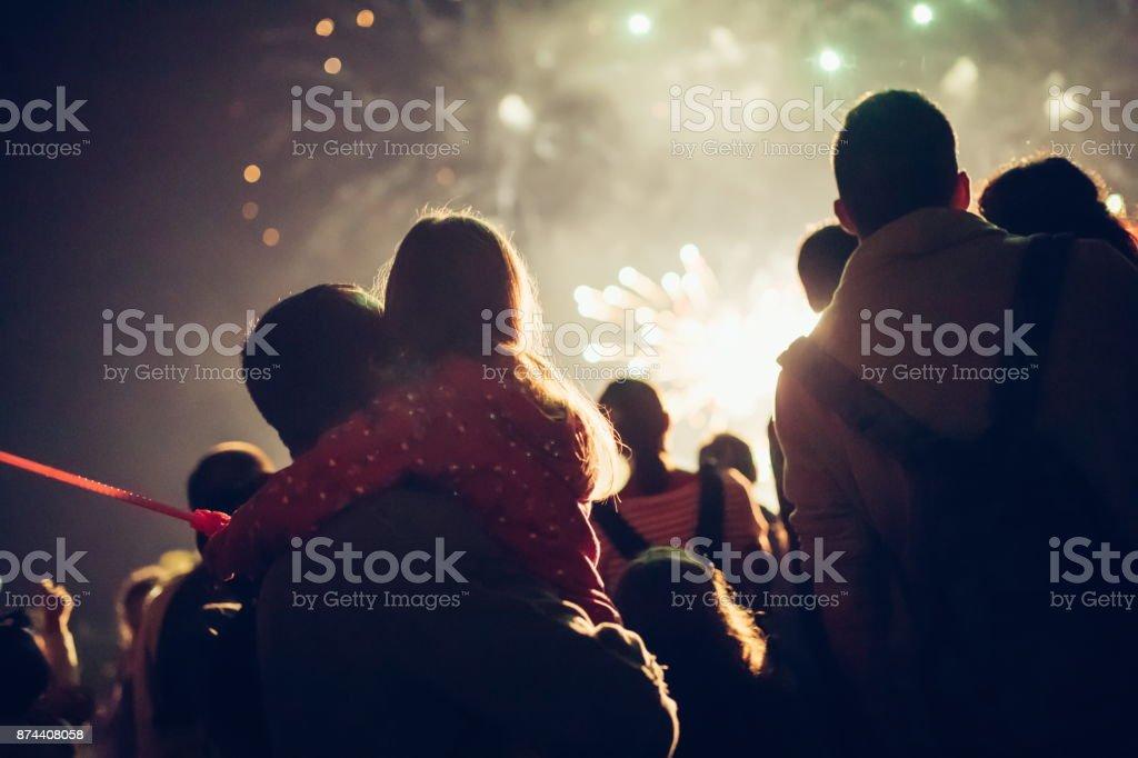 Zuschauer beobachten Sie das Feuerwerk – Foto
