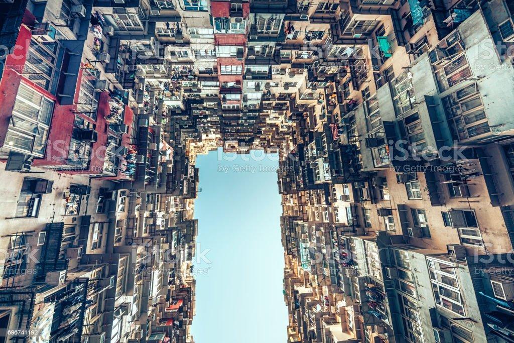 Überfüllten Mehrfamilienhaus in Hong Kong, China – Foto