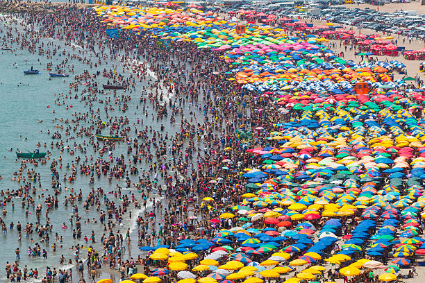 affluence la plage - affluence photos et images de collection