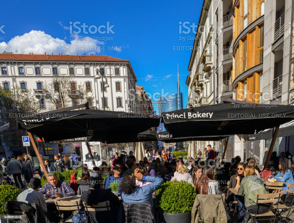A crowded cafe on Corso Garibaldi, one of Milan's most fashionable streets - foto stock