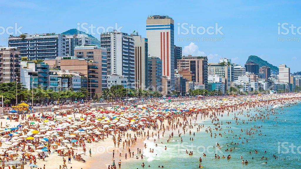 Lotado praia de Ipanema. Rio de Janeiro, Brasil. - foto de acervo