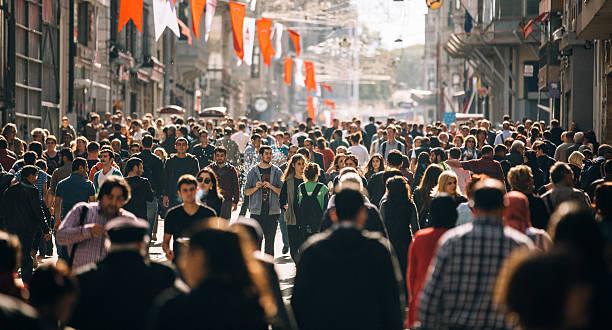 beengt istiklal straße in istanbul - große personengruppe stock-fotos und bilder