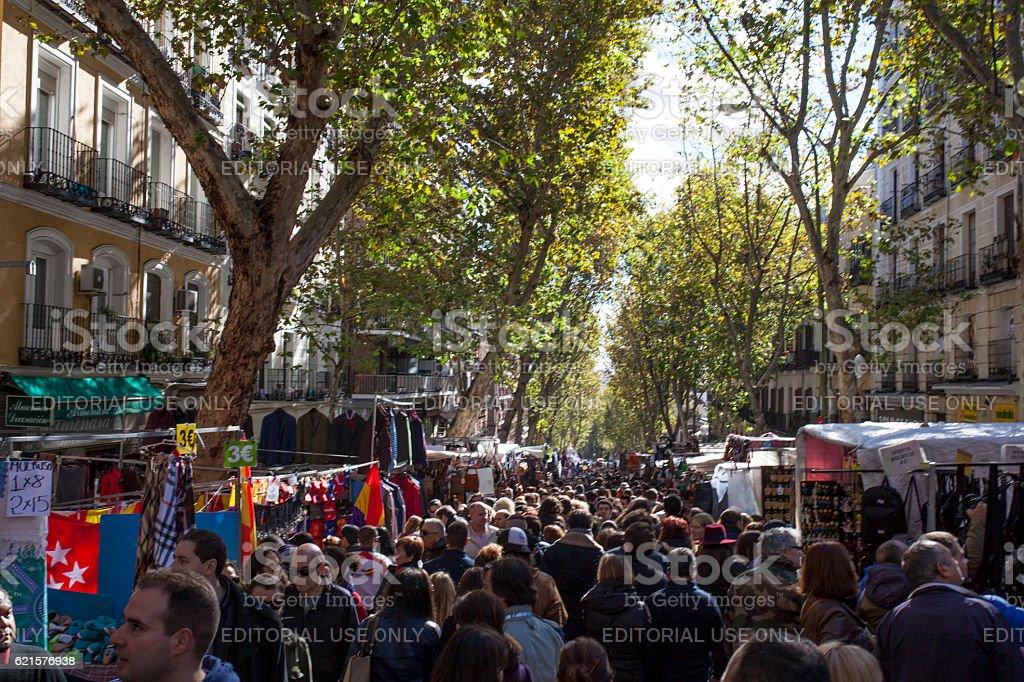 Crowded Madrid Rastro, Spain photo libre de droits