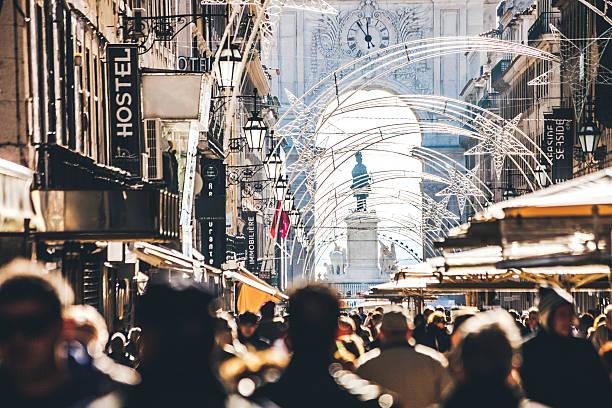 lotado rua principal na baixa de lisboa. lisboa, portugal. - people lisbon imagens e fotografias de stock