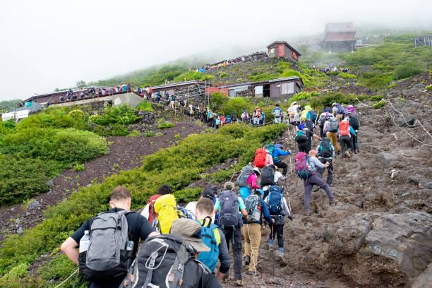 富士山の混雑した登山道 - 富士山 ストックフォトと画像
