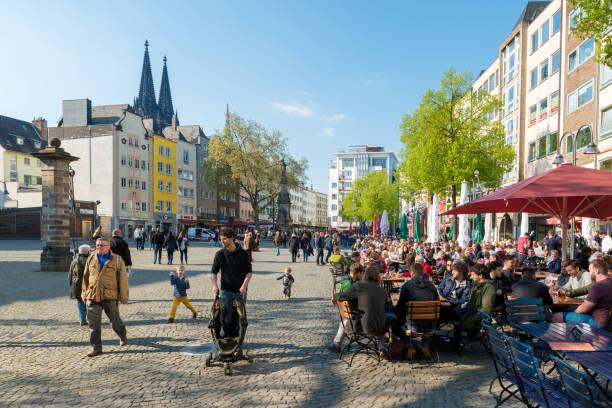 köln, deutschland - 1. mai 2016: überfüllt von menschen, die essen am neumarkt square in der nähe der kirche st. martin in köln. - restaurant köln stock-fotos und bilder