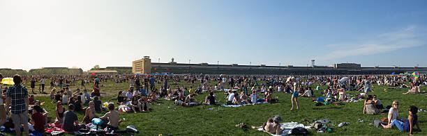 crowded park -  people at  tempelhofer feld in berlin - berlin tempelhof stock-fotos und bilder
