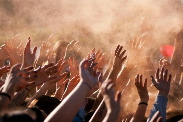 arriba las manos de gente llena de gente - político fotografías e imágenes de stock