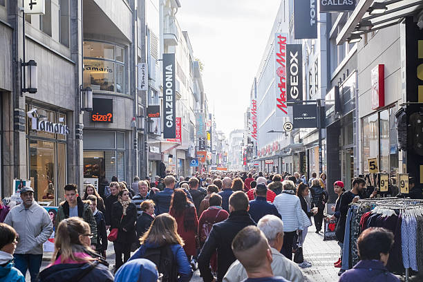 crowded people walking on the shopping street in cologne, germany - kinder die schnell arbeiten stock-fotos und bilder