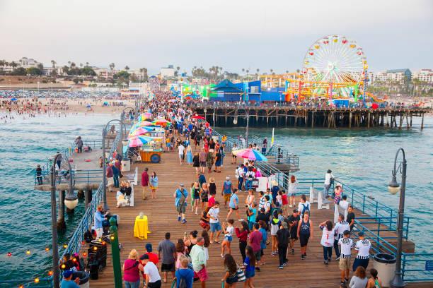 Überfüllte Santa Monica Pier mit Touristen und Einheimischen – Foto