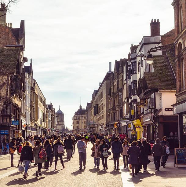 crowded shopping streets in oxford, england - fußgängerzone stock-fotos und bilder