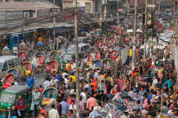 Dhaka, Bangladesh - February 3, 2017: Crowded street with cycle rickshaws and a market in central Dhaka – Foto