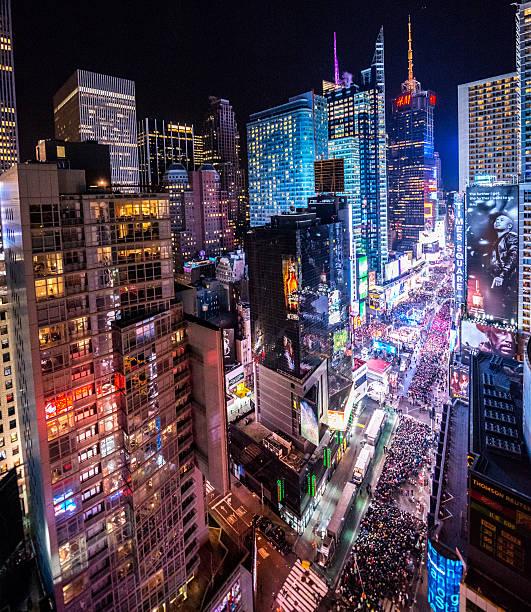 publikum feiern sie silvester in times square, nyc - new york new year stock-fotos und bilder