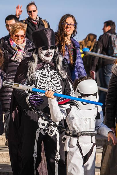 menschenmenge in der lust auf kleid kostüme an der karneval von venedig - faschingskostüme star wars stock-fotos und bilder