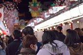 東京都浅草の寺院を訪問する並んでいる群衆