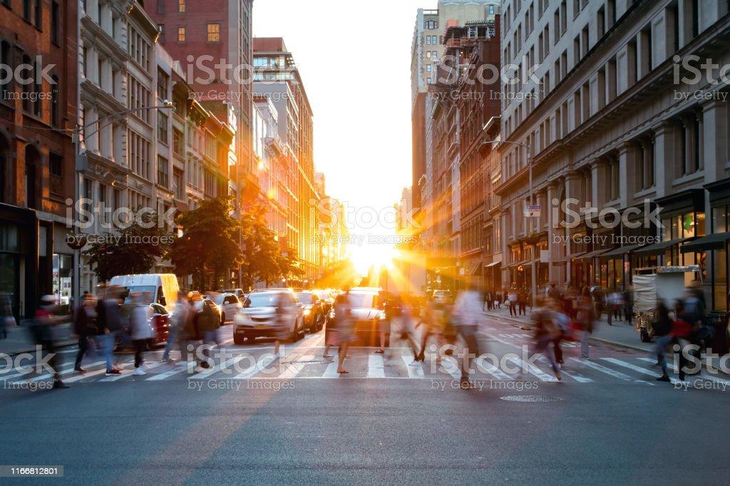 Drukte van drukke mensen die door de kruising van 5th Avenue en 23rd Street in Manhattan, New York City lopen - Royalty-free Aan het werk Stockfoto