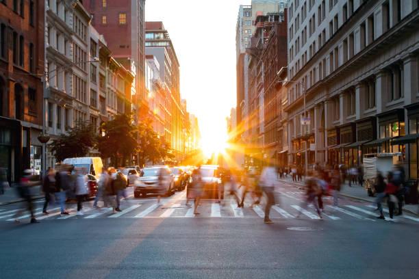 multitudes de gente ocupada caminando a través de la intersección de 5th avenue y 23rd street en manhattan, nueva york - ciudad fotografías e imágenes de stock