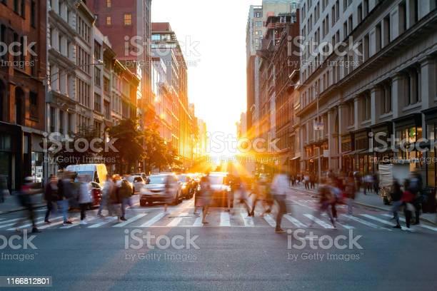Drukte Van Drukke Mensen Die Door De Kruising Van 5th Avenue En 23rd Street In Manhattan New York City Lopen Stockfoto en meer beelden van Aan het werk