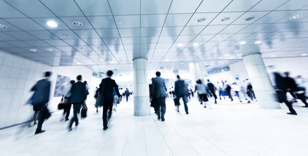 近代を歩く通勤者の群衆朝の歩行者通路を地下します。 - 駅 ストックフォトと画像